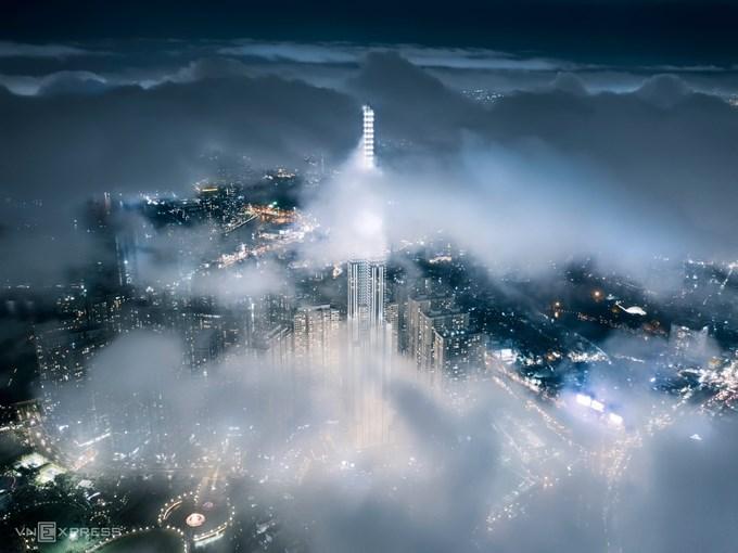 """Tác phẩm """"Landmark 81 trong mây đêm"""". Làm việc tại TP HCM, nên anh Nhân có nhiều thời gian ghi lại vẻ đẹp của những công trình nhà cao tầng ở trung tâm thành phố vào các thời điểm khác nhau trong ngày, trong đó có tòa nhà cao 461,3 m."""
