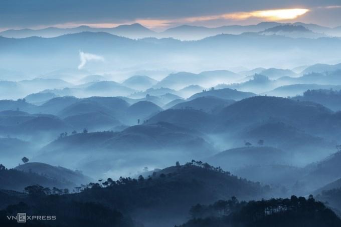 """Bức ảnh """"Sương sớm ở Đại Lào"""". Đại Lào - một xã thuộc thành phố Bảo Lộc, Lâm Đồng là địa điểm chụp ảnh nổi tiếng với khung cảnh sương giăng mờ ảo trên những ngọn đồi và hàng cây thoai thoải lúc ban mai."""