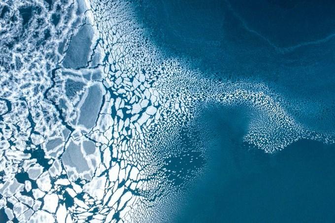 Cảnh tượng băng tan ở phía đông Greenland được nhiếp ảnh gia Florian Ledoux ghi lại từ trên không bằng thiết bị bay không người lái. Mức độ tuyết che phủ thấp vào mùa đông, cùng với ảnh hưởng của sóng nhiệt vào mùa xuân và mùa hè khiến dải băng Greenland tan chảy với tốc độ kỷ lục trong năm nay.