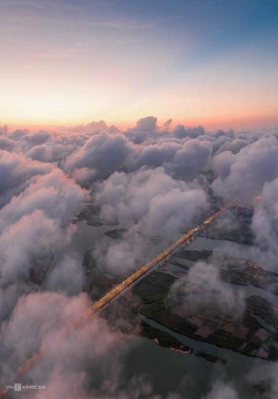 """Tác phẩm """"Cầu Đà Rằng trong mây"""". Cầu Đà Rằng - công trình biểu tượng văn hóa của tỉnh Phú Yên, bắc qua sông Ba (hay còn gọi sông Đà Rằng) thuộc địa phận thành phố Tuy Hòa."""