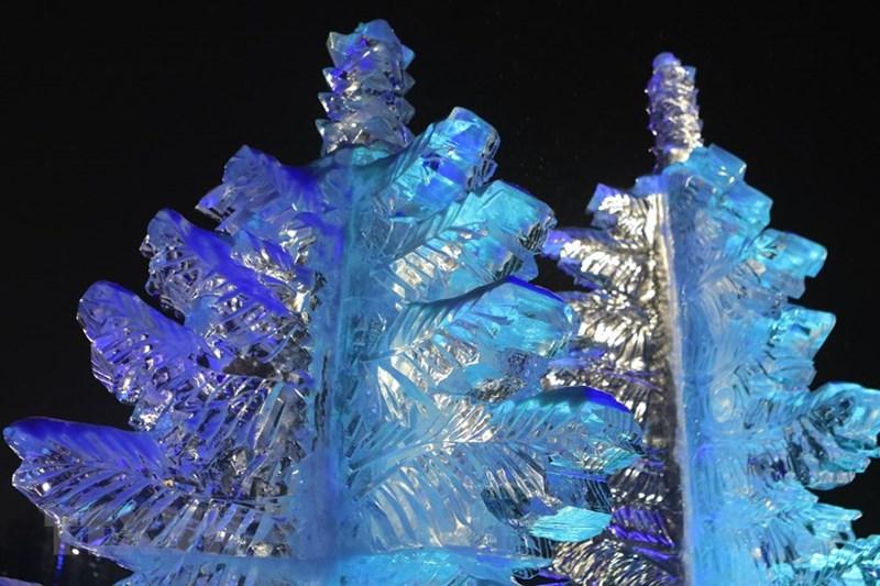 Băng đá dùng để chế tác được lấy từ các hồ nước tự nhiên, đóng băng ở nhiệt độ từ -10 đến -15 độ C trong một vài tuần.(Ảnh: Trần Hiếu/TTXVN)