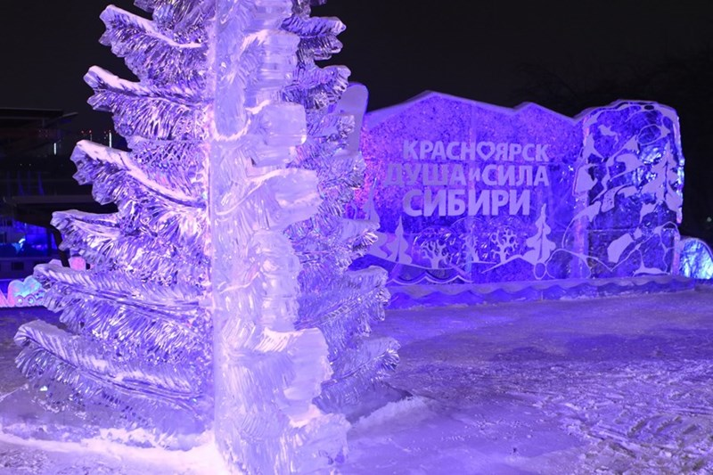Các tác phẩm điêu khắc băng được chế tác từ các khối băng đá tự nhiên lấy từ các hồ nước lớn ở vùng Siberia.(Ảnh: Trần Hiếu/TTXVN)