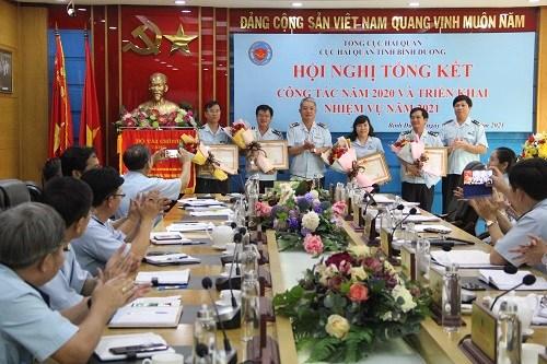Thừa ủy quyền cấp trên, ông Nguyễn Phước Việt Dũng – Cục trưởng Cục Hải quan Bình Dương trao các quyết định khen cao cho các tập thể, cá nhân đạt thành tích