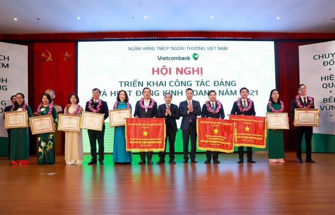 Thừa ủy quyền của Thủ tướng Chính phủ, Phó Thống đốc Đoàn Thái Sơn (thứ sáu, từ phải sang)trao Cờ thi đua của Chính phủ vàBằng khen của Thủ tướng Chính phủcho cáctập thể, cá nhân của Vietcombank.