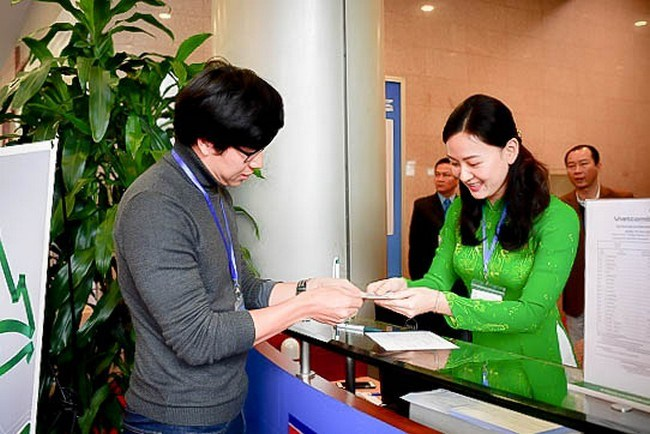 Phóng viên quốc tế giao dịch tại khu vực dịch vụ của Vietcombank tại Trung tâm báo chí Hội nghị thượng đỉnh Mỹ - Triều Tiên