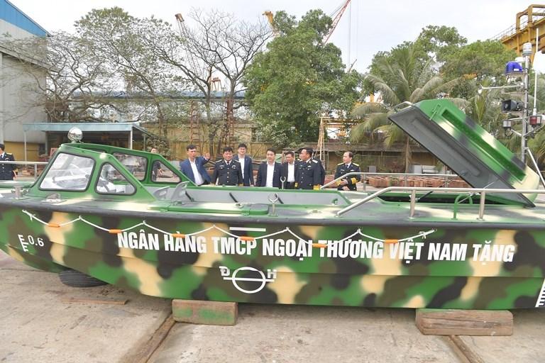 Vietcombank bàn giao 3 xuồng CQ-01 tặng bộ đội Trường Sa - Ảnh 1