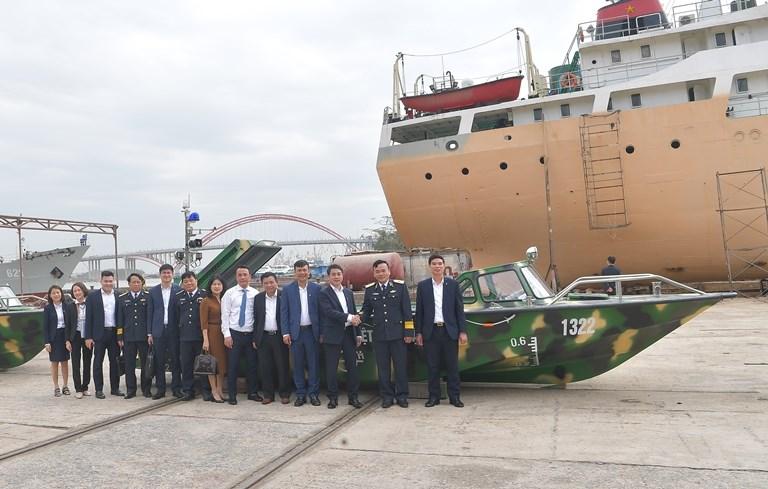 Các đại biểu chụp ảnh kỷ niệm bên chiếc xuồng CQ-01 do Vietcombank tặng bộ đội Trường Sa