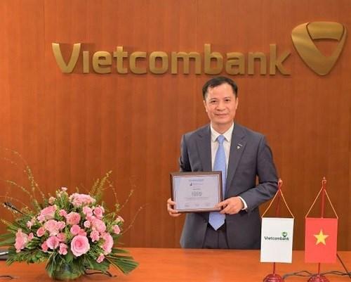 """Đại diện Vietcombank,ông Lê Hoàng Tùng – Kế toán trưởng nhận danh hiệu""""Ngân hàng mạnh nhất Việt Nam"""""""