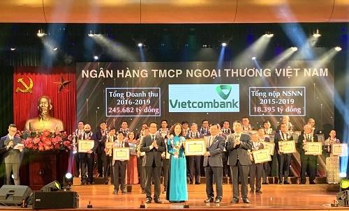 Phó Tổng giám đốcNguyễn Thị Kim Oanh đại diện Vietcombank nhận Giải thưởng Ngân hàng nộp thuế lớn nhất Việt Nam