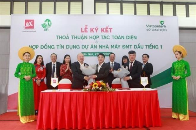 Ông Nghiêm Xuân Thành – Chủ tịch HĐQT Vietcombank tặng hoa chúc mừng