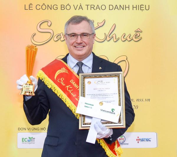 Ông Thomas William Tobin – Giám đốc Khối Bán lẻ đại diện Vietcombank nhận danh hiệu Sao Khuê 2020
