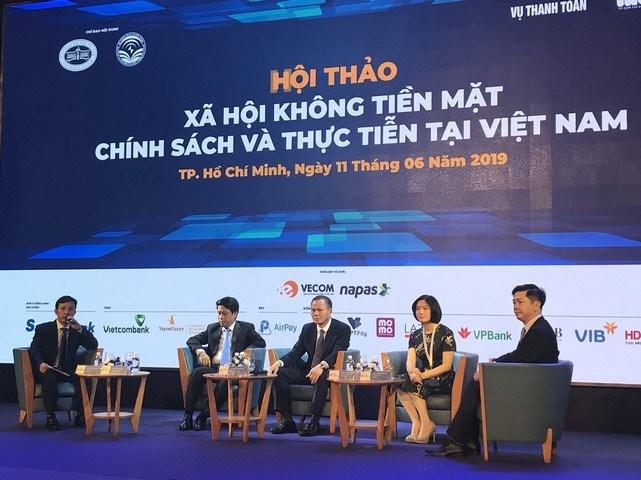 Phó Tổng giám đốc VietcombankPhùng Nguyễn Hải Yến(thứ 2 từ phải sang) tham gia phiên thảo luận tại Hội thảo