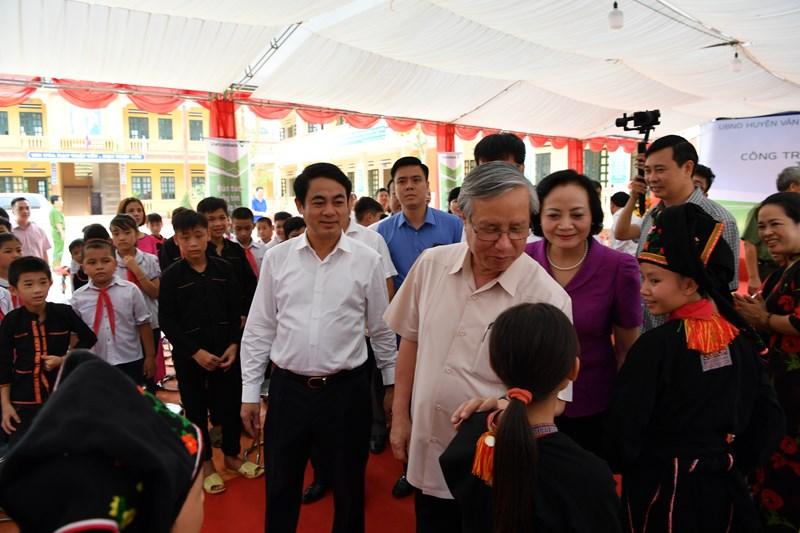 Đồng chí Trần Quốc Vượng cùng lãnh đạo địa phương và lãnh đạo Vietcombank thăm hỏi học sinh của Nhà trường