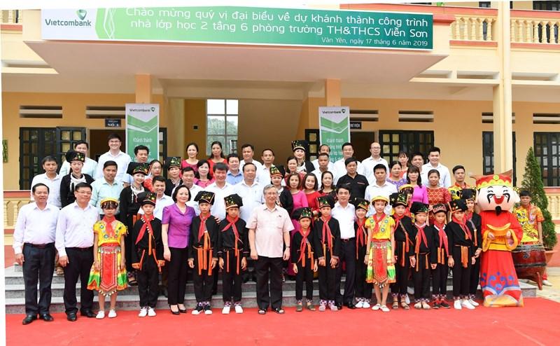 Đồng chí Trần Quốc Vượng cùng lãnh đạo địa phương và lãnh đạo Vietcombank chụp hình lưu niệm cùng các thầy cô giáo và các em học sinh Nhà trường