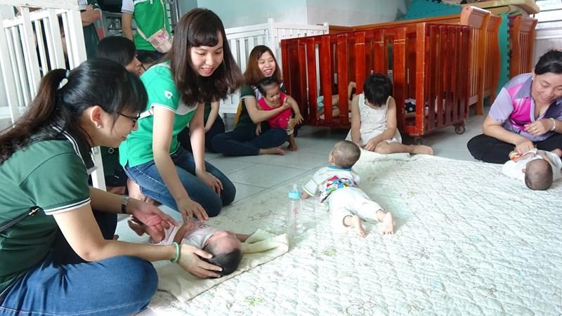 Các đoàn viên thanh niên Vietcombank Bình Dương thăm các em nhỏ khuyết tật, mồ côi