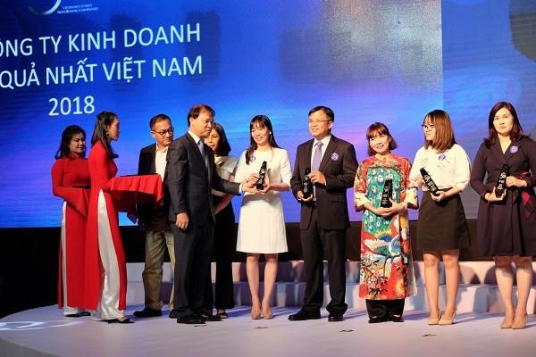 Bà Phan Thị Thanh Tâm - Phó Trưởng Văn phòng đại diện Vietcombank khu vực phía Nam (thứ 5 từ phải sang) nhận biểu trưng vinh danh doanh nghiệp tỉ USD