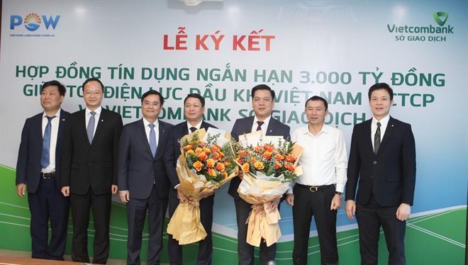 Đại diện lãnh đạo PV Power và Vietcombank chúc mừng thành công của lễ ký kết giữa hai đơn vị