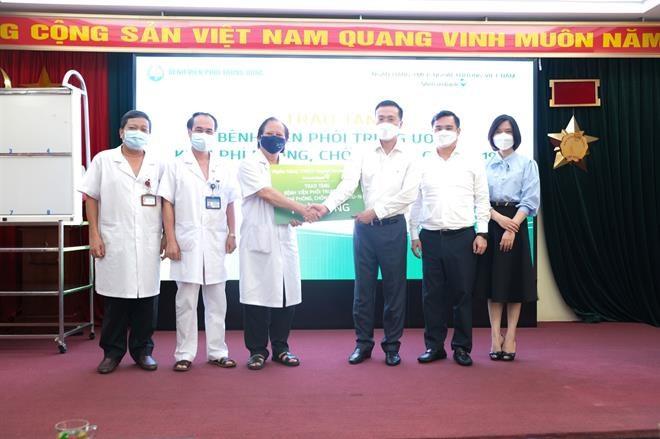 Ông Phạm Quang Dũng (thứ ba từ phải sang) trao biển tượng trưng tài trợ 1 tỷ đồng cho ông Nguyễn Viết Nhung - Giám đốc Bệnh viện Phổi Trung ương