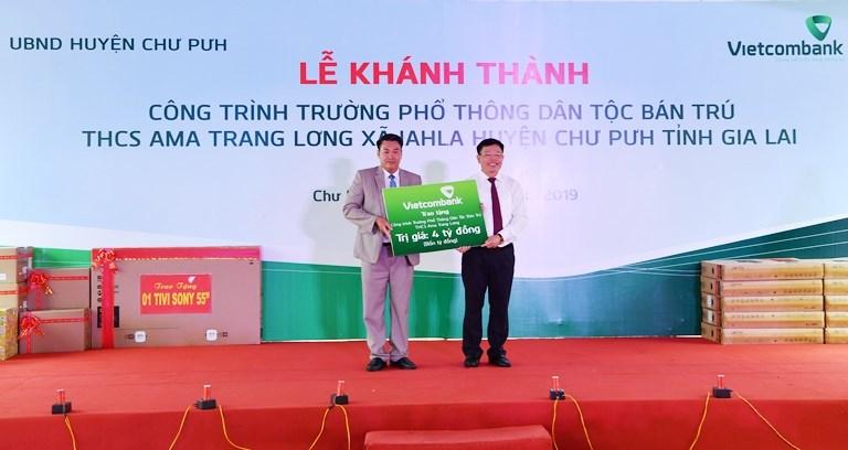 Phó Tổng Giám đốc Vietcombank Đào Minh Tuấn (bên phải) trao biểu trưng 4,2 tỷ đồng tài trợ