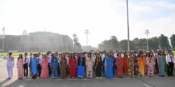 Đoàn đại biểu vào lăng viếng Chủ tịch Hồ Chí Minh trước khi diễn ra Hội nghị