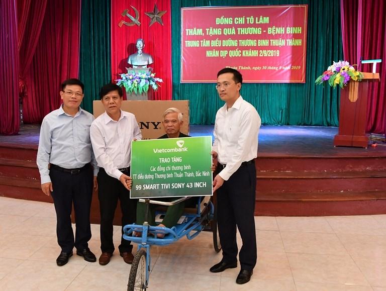 Tổng Giám đốc Vietcombank Phạm Quang Dũng (ngoài cùng bên phải) và Phó Tổng Giám đốc Vietcombank Đào Minh Tuấn (ngoài cùng bên trái) trao biển tượng trưng món quà an sinh xã hội của Vietcombannk cho Giám đốc và đại diện các thương binh tại Trung tâm điều dưỡng thương binh Thuận Thành (Bắc Ninh)