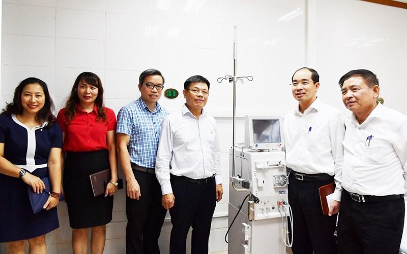 Các đại biểu thăm các phòng điều trị và chứng kiến phần bàn giao, lắp đặt các thiết bị y tế.