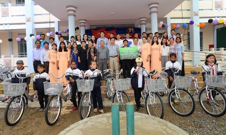 Đoàn công tác của Vietcombank Đắk Lắk chụp hình lưu niệm khi trao tặng xe cho trường Tiểu học Y Ngông Niê Kđăm
