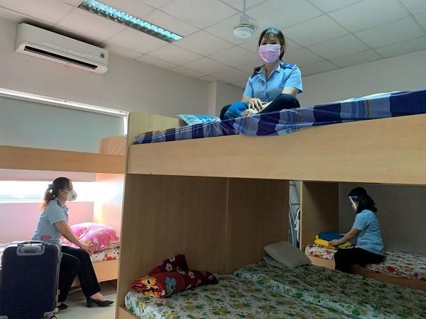 """Sau hơn 1 tháng thực hiện """"3 tại chỗ"""" tại cơ quan, công chức tại Chi cục Hải quan KCN Việt Nam – Singapoređã quen với môi trường làm việc thời dịch bệnh"""