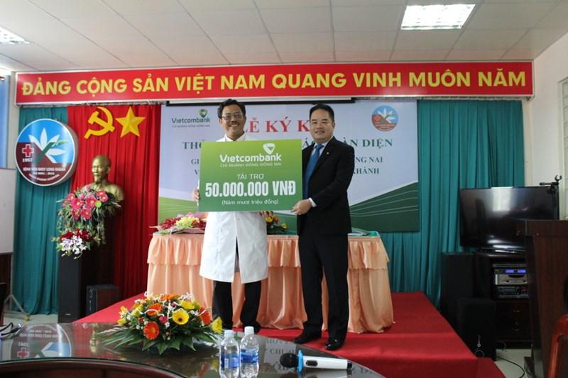 Vietcombank Đông Đồng Nai trao tặng 50 triệu đồng để xây dựng bếp ăn tình thương tại Bệnh viện đa khoa khu vực Long Khánh