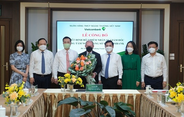 Thành viên Ban lãnh đạo Vietcombank tham dự buổi lễ chụp ảnh lưu niệmcùng tân Giám đốc Trung tâm ngân hàng số Vietcombank