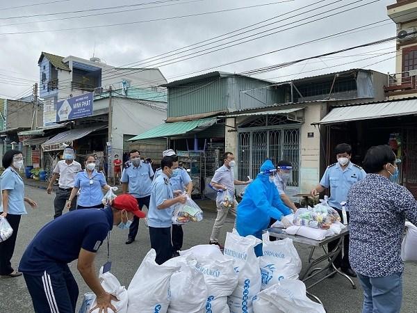 Cán bộ công chức Hải quan Bình Dương tham gia ủng hộ lương thực cho người dân khó khăn do dịch bệnh COVID-19