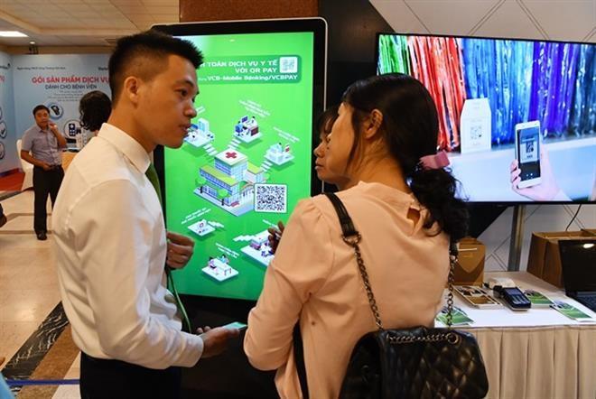 Khách tham dự được tư vấn và trải nghiệm dịch vụ tại gian hàng của Vietcombank