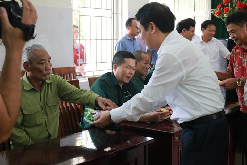 Ông Nghiêm Xuân Thành - Chủ tịch HĐQT thăm hỏi, động viên, phát quà cho các đ/c thương, bệnh binh và người có công tại Trung tâm