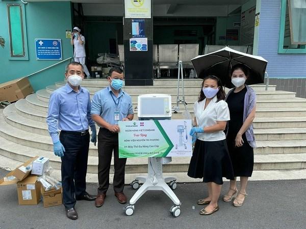 Vietcombank Tân Định trao tặng máy thở cho Bệnh viện Nguyễn Tri Phương góp phần trong công tác điều trị, phòng, chống dịch COVID-19