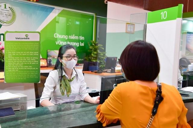 Khách hàng và nhân viên Vietcombank tuân thủ các quy định về phòng, chống dịch COVID-19 khi thực hiện giao dịch tại ngân hàng