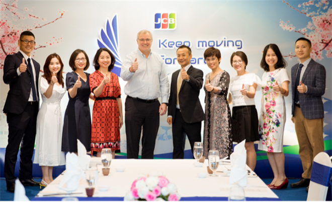 Đại diện Vietcombank chụp ảnh lưu niệm với đại diện Tổ chức thẻ quốc tế JCB