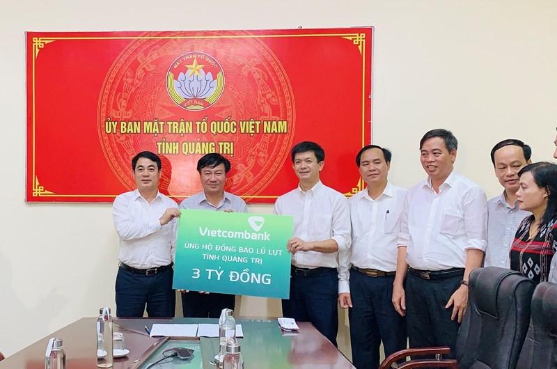 Vietcombank ủng hộ đồng bào miền Trung 11 tỷ đồng - Ảnh 1