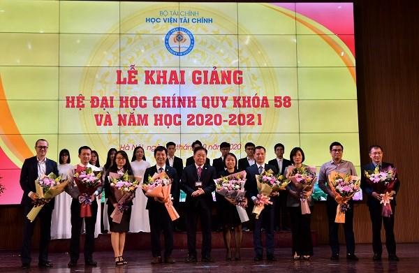 PGS., TS. Nguyễn Trọng Cơ – Giám đốc Học viện Tài chính tặng hoa cảm ơn đại diện các đơn vị tài trợ, trao học bổng cho sinh viên