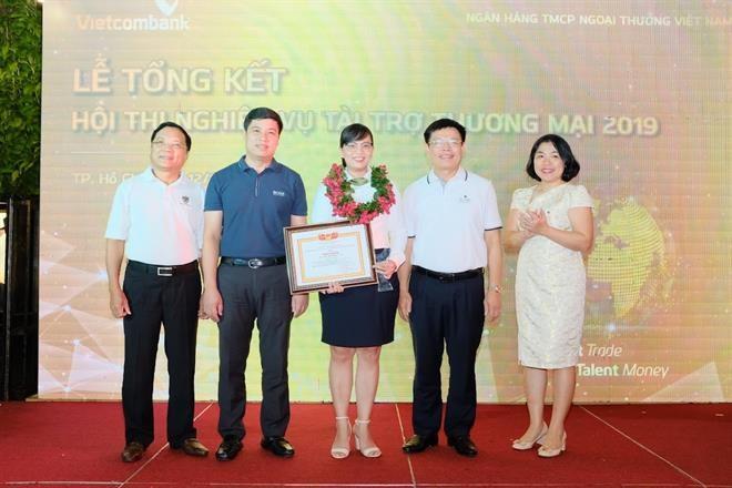 Ban lãnh đạo Vietcombank chụp ảnh cùng thí sinh đạt Giải Nhất tham gia cuộc thi tay nghề nghiệp vụ tài trợ thương mại năm 2019
