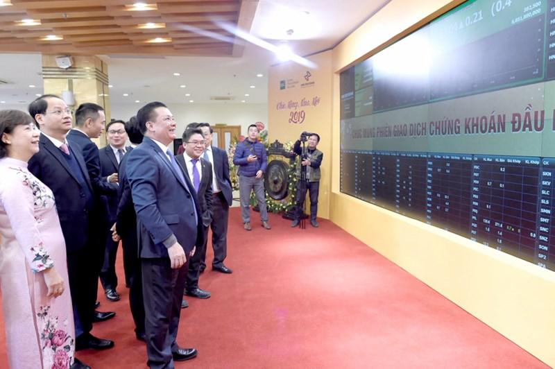 Bộ trưởng Bộ Tài chính Đinh Tiến Dũng theo dõi diễn biến giao dịch chứng khoán phiên đầu năm 2019.