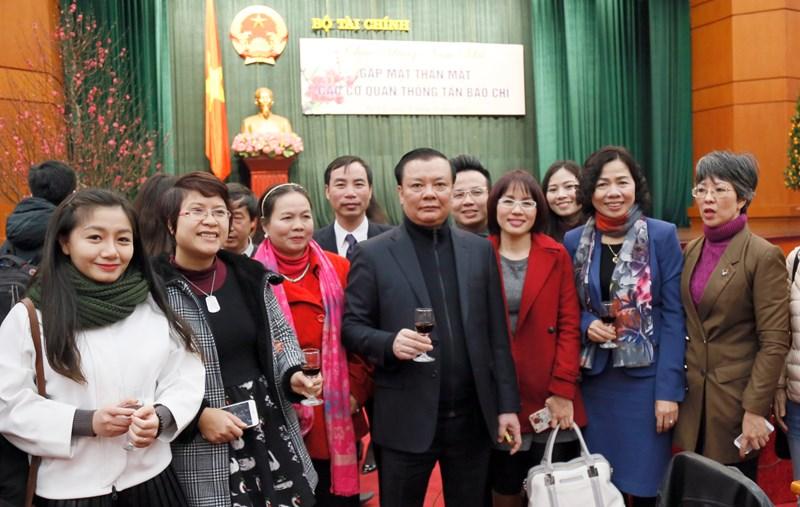 Bộ trưởng Đinh Tiến Dũng và Thứ trưởng Vũ Thị Mai cùng phóng viên các cơ quan thông tấn báo chí.