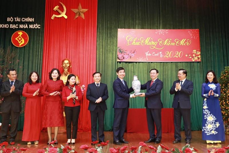 Phó Thủ tướng Vương Đình Huệ tặng quà lưu niệm cho Kho bạc Nhà nước.