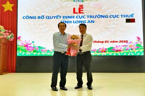 Phó Tổng cục trưởng Nguyễn Thế Mạnh trao quyết định cho ông Cao Văn Tạo.