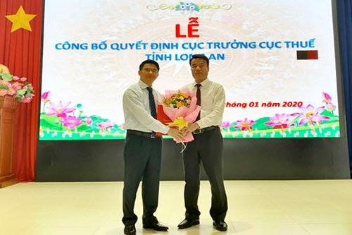 Phó Tổng cục trưởng Tổng cục Thuế Nguyễn Thế Mạnh trao quyết định cho ông Nguyễn Văn Thủy.