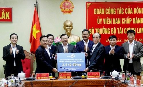 Bộ Tài chính tặng tỉnh Đắk Lắk 2,5 tỷ đồng để xây trường mầm non và 10 căn nhà tình nghĩa tại địa phương.