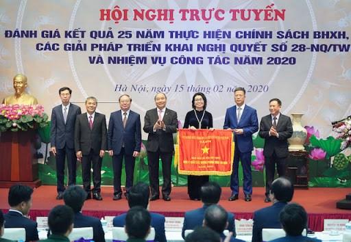 Thay mặt Chính phủ, Thủ tướngtrao tặng Cờ Thi đua cho BHXH Việt Nam.