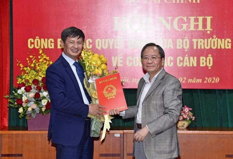 Thứ trưởng Bộ Tài chính Đỗ Hoàng Anh Tuấn trao Quyết định nghỉ hưu  cho Chánh Thanh tra Trần Văn Vượng.