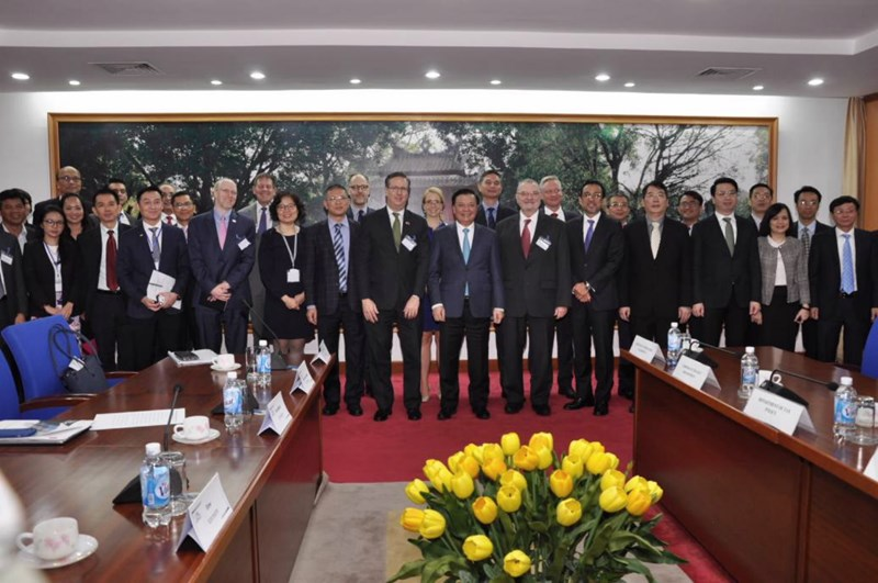 Bộ trưởng Đinh Tiến Dũng chụp ảnh lưu niệm với Đoàn US-ABC.