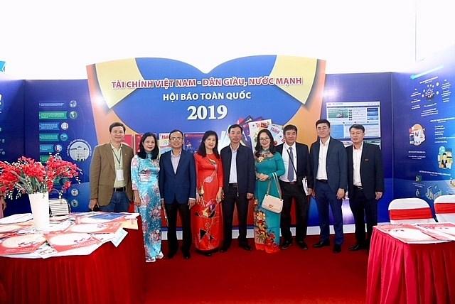 Tập thể lãnh đạo, phóng viên, biên tập viên các cơ quan báo chí trong Liên chi hội ngành báo Tài chính chụp ảnh lưu niệm tại gian trưng bày Hội Báo toàn quốc 2019.