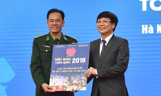Ban tổ chức trao tất cả ấn phẩm trưng bày tại Hội báo cho bộ đội Hải quân nhân dân Việt Nam.